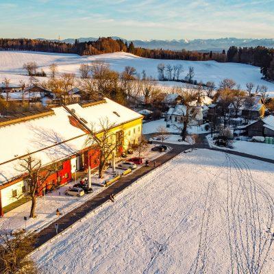 Drohnenansicht der Tagesbar im Winter